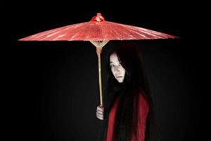 Cô gái đi giầy đỏ