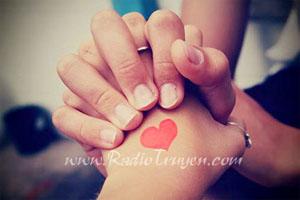 Em sẽ nắm tay anh thật chặt...