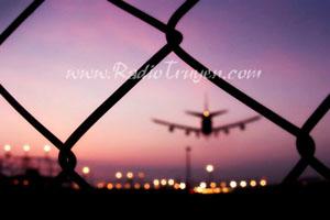 Một người đợi ở sân bay