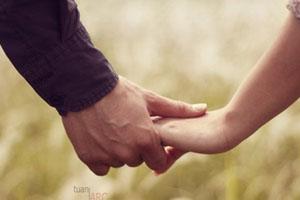 Nắm chặt tay anh để mình không lạc mất nhau